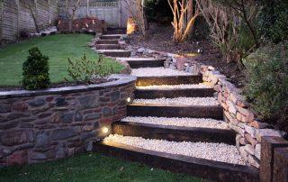 Een tuinpad is een must voor iedere tuin. Je wilt tenslotte niet je gazon kapot lopen of elke keer met moddervoeten het huis betreden. Tuinpaden aanleggen is de perfecte manier om je gazon 'af te breken' en je tuin een spannender uiterlijk te geven. Met spoorbielzen kun je erg mooie tuinpaden aanleggen.