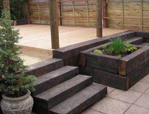 Een trap in de tuin? Gebruik oude spoorbielzen!